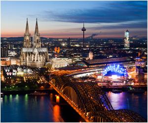 Mit einer attraktiven Begleitung können Sie eine Sightseeing-Tour durch Köln machen.
